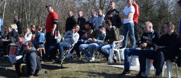 Z krzesłami na stadion
